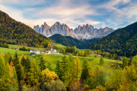 Photo pour Beautiful view of idyllic mountain scenery in the Dolomites with famous Santa Maddelana mountain village in beautiful golden evening light at sunset in fall, Val di Funes, South Tyrol, northern Italy. - image libre de droit