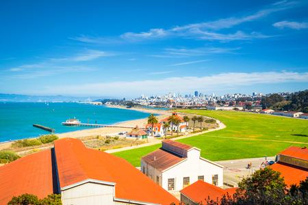 Photo pour Panoramic view of San Francisco skyline with historic Crissy Field - image libre de droit