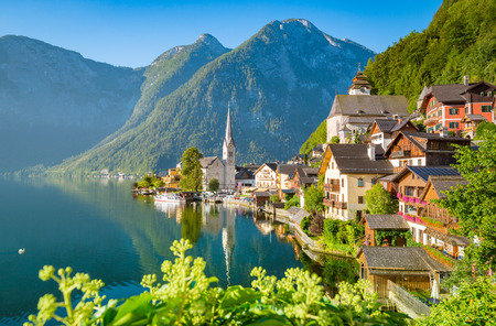 Photo pour Classic postcard view of famous Hallstatt lakeside town in scenic golden morning light on a beautiful sunny day in summer - image libre de droit