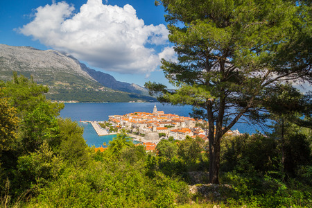 Foto de Beautiful view of the historic town of Korcula on a beautiful sunny day with blue sky and clouds in summer - Imagen libre de derechos
