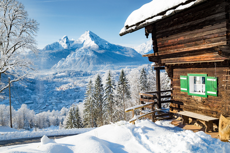 Foto de Beautiful view of traditional wooden mountain cabin in scenic winter wonderland mountain scenery in the Alps - Imagen libre de derechos