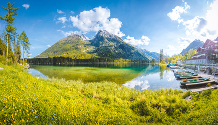 Foto de Beautiful view of scenic Lake Hintersee on a beautiful sunny day with blue sky in summer, Bavaria, Germany - Imagen libre de derechos