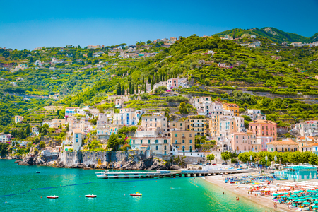 Foto de Scenic panoramic view of the beautiful town of Amalfi at famous Amalfi Coast with Gulf of Salerno in summer, Campania, Italy - Imagen libre de derechos
