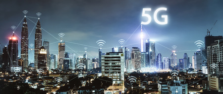 Photo pour 5G network wireless systems and internet of things with modern city skyline. Smart city and communication network concept . - image libre de droit