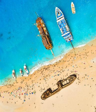 Foto de View from the top of the paradise Shipwreck Beach, Zakynthos Island, Greece. - Imagen libre de derechos