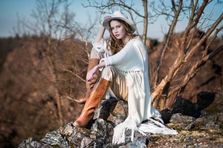 Photo pour Fashion woman in country style sitting on the canyon rock - image libre de droit