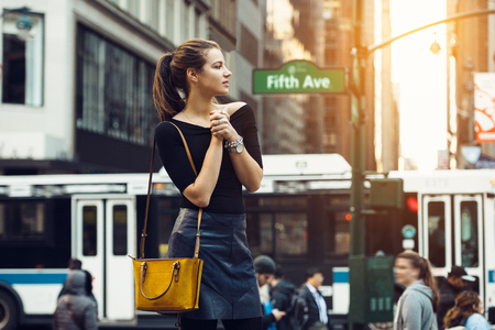 Photo pour Beautiful tourist girl traveling and enjoing busy city life of New York City. Lifestyle shoot of travel  girl on city street. - image libre de droit
