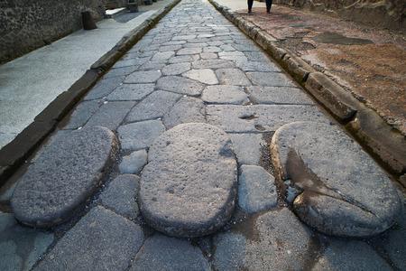Photo pour Old street in Pompeii ruins, Italy. - image libre de droit