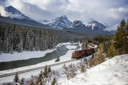 Foto de Passing through the river valley under the surveillance of the Rocky Mountains, Rocky Mountains, Morants Curve, Banff National Park, Canada - Imagen libre de derechos