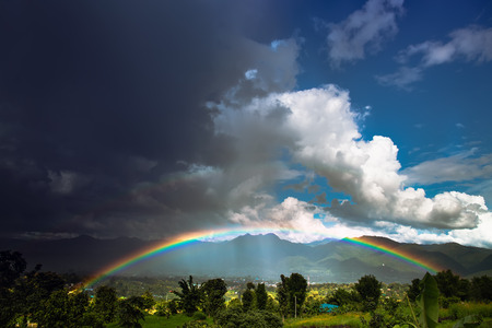 Foto de Bright rainbow after the heavy rain. - Imagen libre de derechos