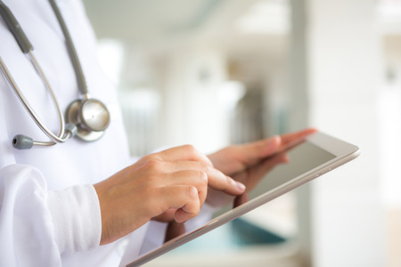 Foto per Doctor using tablet computer - Immagine Royalty Free