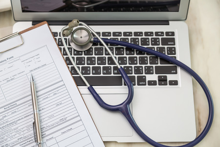 Foto de Stethoscope and prescription on laptop - Imagen libre de derechos