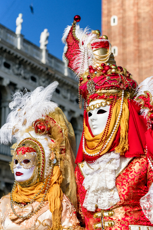 Foto de VENICE, ITALY - FEBRUARY 11: People in colorful costumes at traditional carnival on February 11, 2018 in Venice - Imagen libre de derechos