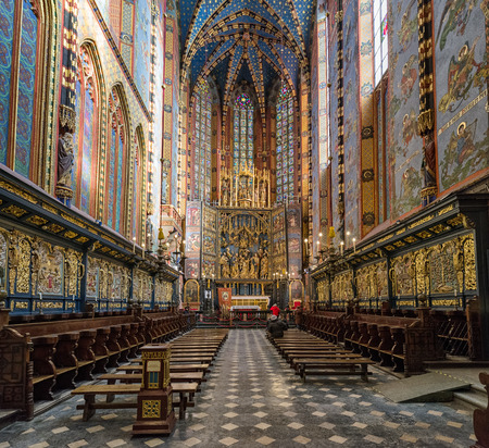 Foto de KRAKOW, POLAND - FEBRUARY 19: Interior of  St. Mary's Basilica on February 19, 2018 in Krakow - Imagen libre de derechos