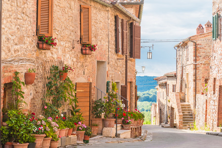 Photo pour The medieval old town in Tuscany, Italy - image libre de droit