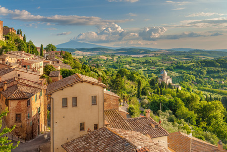 Photo pour Landscape of the Tuscany seen from the walls of Montepulciano, Italy - image libre de droit