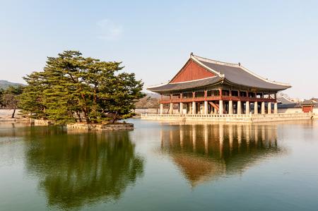 Photo pour Gyeongbokgung Palace grounds in Seoul, South Korea  - image libre de droit