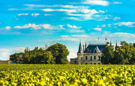 Photo pour Chateau and vineyard in Margaux, Bordeaux, France - image libre de droit