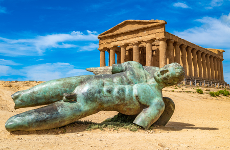 Photo pour Temple of Concordia and the statue of Fallen Icarus, in the Valley of the Temples, Agrigento, Sicily, Italy - image libre de droit
