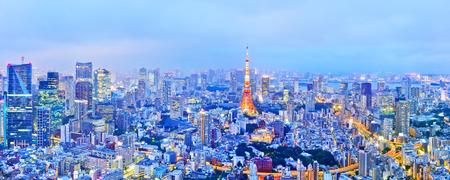 Photo pour View of the Tokyo skyline at dusk - image libre de droit