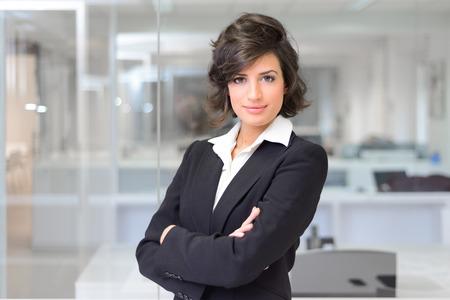 Photo pour Portrait of a business woman in an office. Crossed arms - image libre de droit