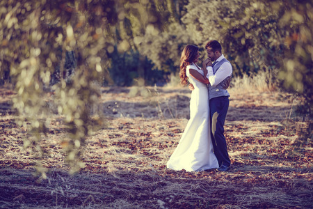 Photo pour Just married couple together in nature background - image libre de droit