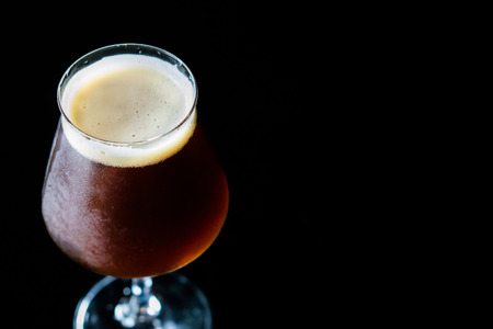 Foto de The Belgian-style dubbel ranges from brown to very dark in color. They have a malty sweetness , cocoa and caramel aromas and flavors.bitterness is medium-low to medium. Yeast-generated fruity esters. - Imagen libre de derechos