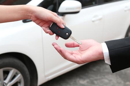 Foto de Female hand giving a key for buyer or rental car. - Imagen libre de derechos