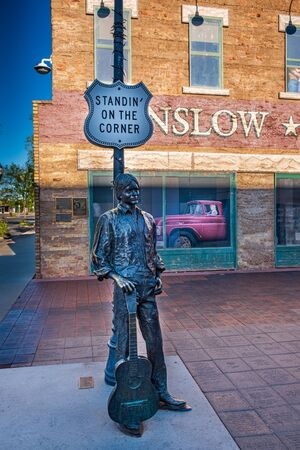 Photo pour Eagles Singer Jackson Browne Statue, Standin on the Corner Park Winslow, AZ, Route 66 - image libre de droit