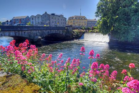 Foto de Galway, Ireland and the River Corrib. - Imagen libre de derechos