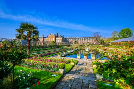 Foto de London, United Kingdom - April 17, 2019 : Kensington Palace gardens on a spring morning located in Central London, UK. - Imagen libre de derechos