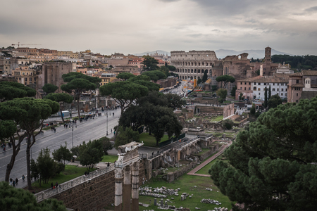 Foto per The ruins and the Colosseum of Rome from the monument Vittorio Emanuele II in Italy - Immagine Royalty Free