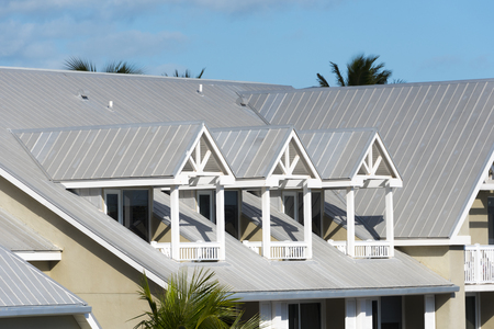 Photo pour Steel roofing on modern apartment condo building for hurricane protection - image libre de droit