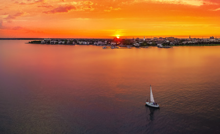 Photo pour Charleston skyline with sunset and sailboat - image libre de droit