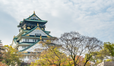 Photo pour Osaka castle under cloudy blue sky in autumn season of Japan, landmark of Osaka city - image libre de droit