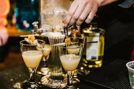 Photo pour Hand preparing cocktails made from absinthe at an event - image libre de droit