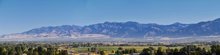 Photo pour Logan Valley landscape views including Wellsville Mountains, Nibley, Hyrum, Providence and College Ward towns, home of Utah State University, in Cache County a branch of the Wasatch Range of the Rocky Mountains in Utah, in the Western United States. - image libre de droit