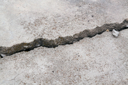 Photo pour cracked concrete cement sidewalk foundation - image libre de droit
