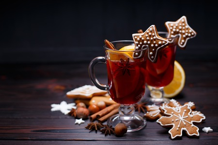 Photo pour Christmas mulled wine and gingerbread cookies on dark wooden tab - image libre de droit