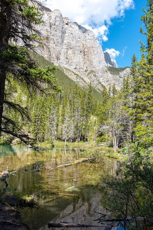 Foto de Turquoise Grassi Lakes in the the Kananaskis Country park system of Alberta near Canmore in the southern Canadian Rockies. The area is very popular destination with hikers and rock climbers. - Imagen libre de derechos