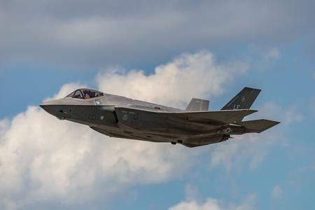 Foto de NEW WINDSOR, NY - JULY 2, 2017: The Lockheed Martin F-35 Lightning II from Stewart International Airport during the New York Airshow. - Imagen libre de derechos