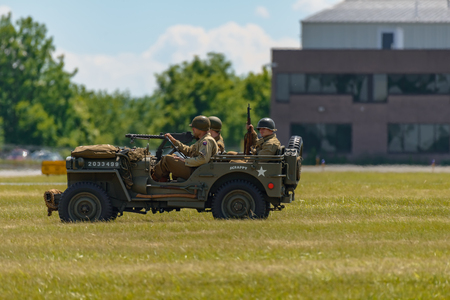 Foto de READING, PA - JUNE 3, 2017: World War II reenactment of a battle between American infantryman and German soldiers at Mid-Atlantic Air Museum World War II Weekend and Reenactment - Imagen libre de derechos