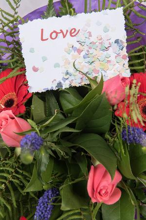 Photo pour Bouquet of Flowers with card Love - image libre de droit