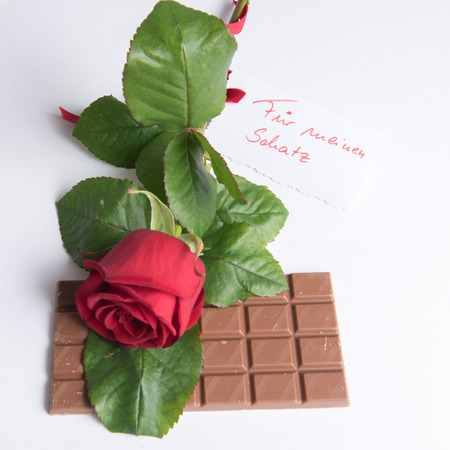 Photo pour Rose and chocolate with card in German Fr my treasure - image libre de droit