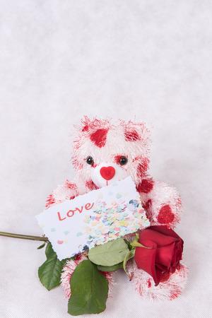 Photo pour Love Bear with hearts rose and card love - image libre de droit