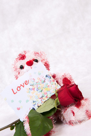 Photo pour Love Bear with hearts rose and card love - image libre de droit