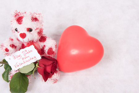 Photo pour Love Bear with hearts rose and card happy valentine \ 's day German and balloon - image libre de droit