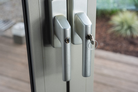 Foto de Locks at glass doors to the garden as defense for break-in - Imagen libre de derechos