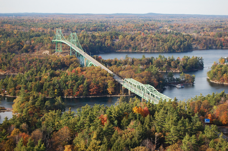 Foto de Thousand Islands Bridge across St. Lawrence River. This bridge connects New York State in USA and Ontario in Canada near Thousand Islands. - Imagen libre de derechos