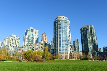 Photo pour Vancouver City skyline and high rise apartment at the north bank of False Creek, Vancouver, British Columbia, Canada - image libre de droit